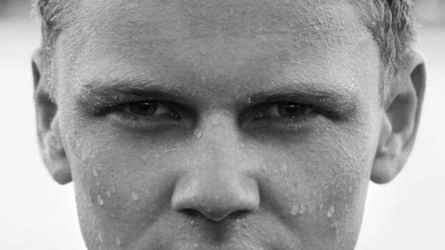 目が細い男性 寄り目
