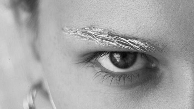 下三角眼の女性