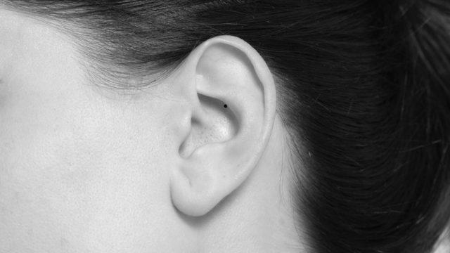 耳郭の内側にある目立たないほくろ