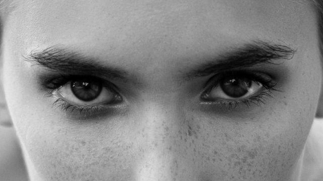 目と眉がつり上がった女性