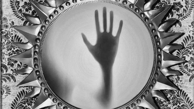 幽霊 憑依 鏡 手 悪霊 心霊現象 神秘