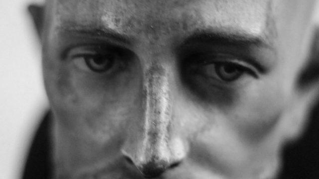 頬骨が出ている男性