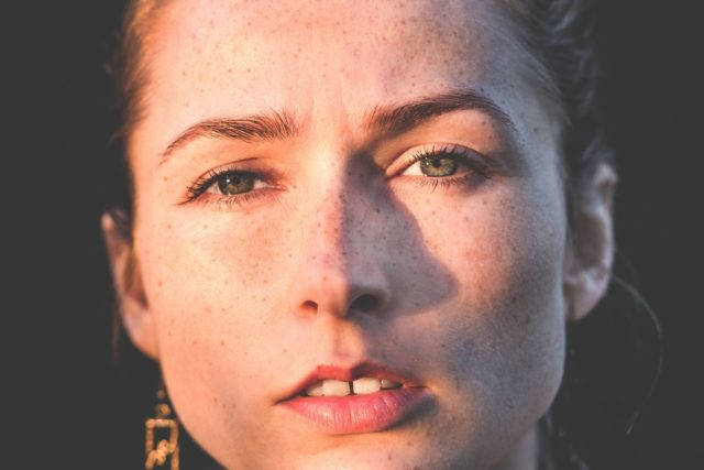 女性の顔 下唇が上唇より厚い 左目の方が大きい雌雄眼
