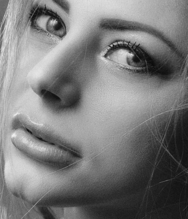 顎が割れている女性 溝が浅い人中