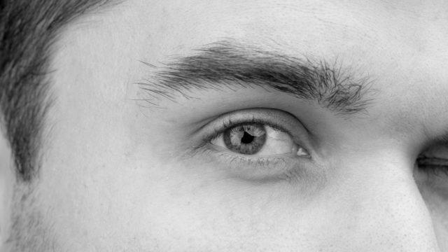男性の右目 眉毛 ライオン眉
