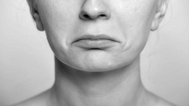 口角が下がったへの字型の口 四角い顎