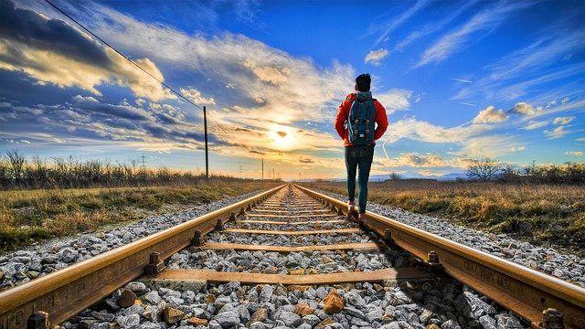 旅行 バックパッカー 一人旅 夕日 線路 進路
