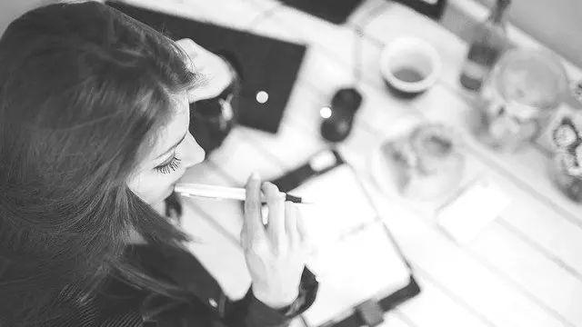 仕事をする女性 考える 悩む ビジネス デスクワーク