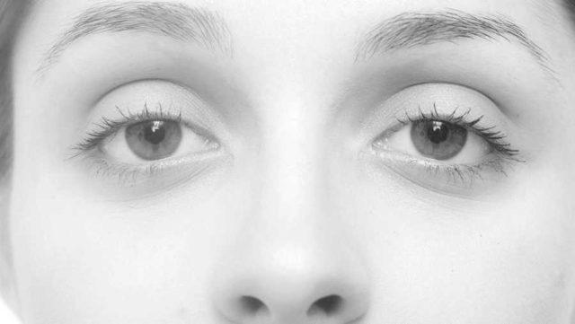 女性の目 まぶた 二重