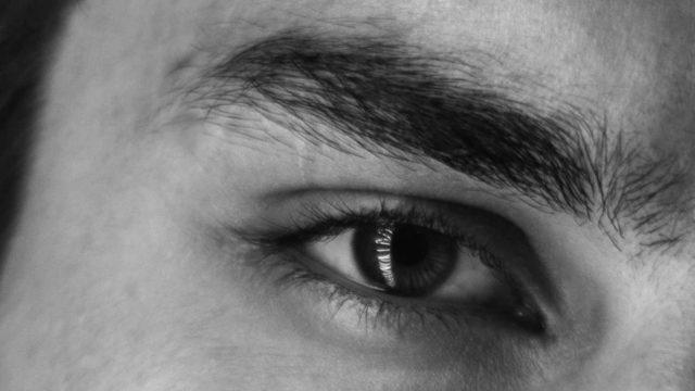 眉毛・目尻がつり上がっている男性