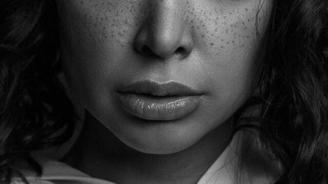 下唇がめくれている女性