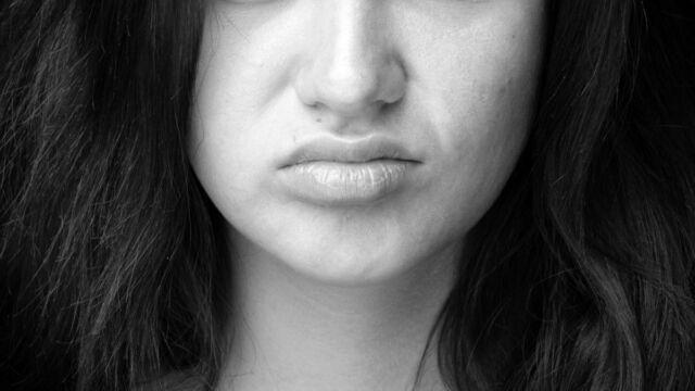 歪んだ唇の女性