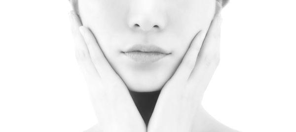 顎を手で覆う女性