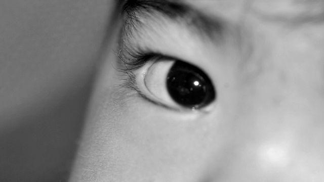 目頭が丸い 右目