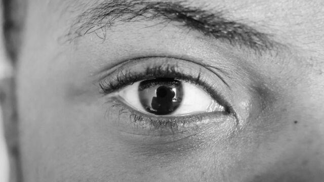 切れ込みがある女性の目