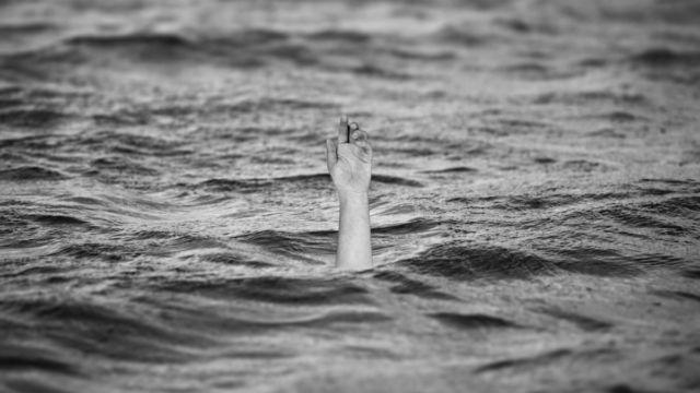 溺れる 海 湖 腕