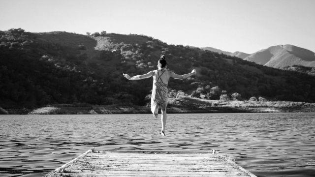 湖に飛び込む女の子 桟橋