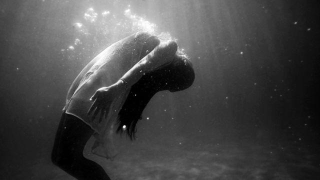 女性 水の中 潜水 泳ぐ