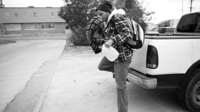 車から飛び降りる男性
