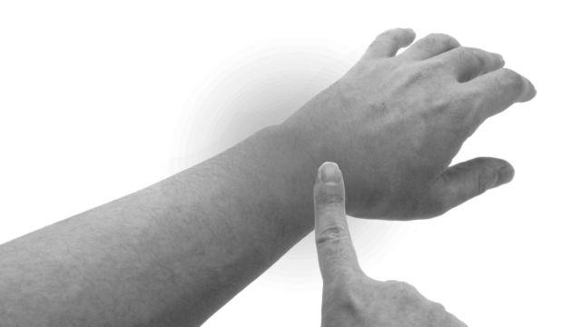 腕が腫れる 手