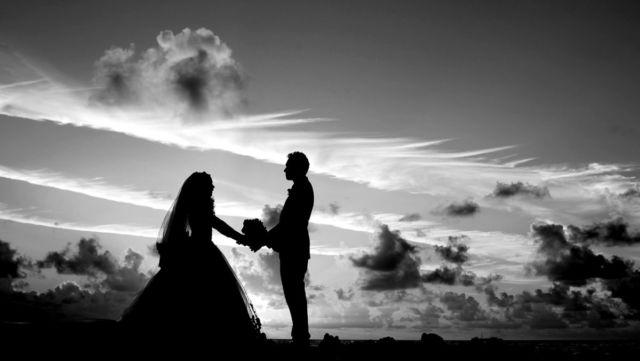 結婚式 夕日 夫婦