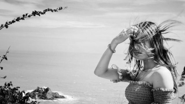 風に吹かれる女性 性格