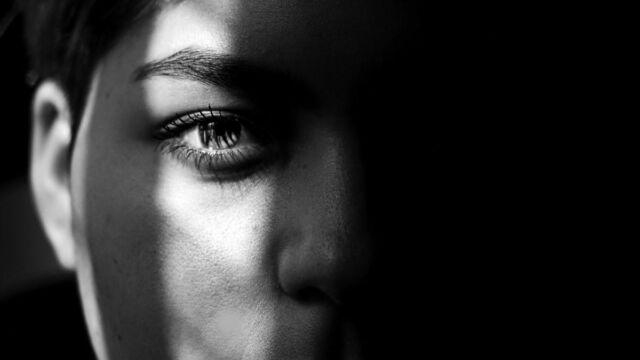 耳が顔にピッタリとついている女性