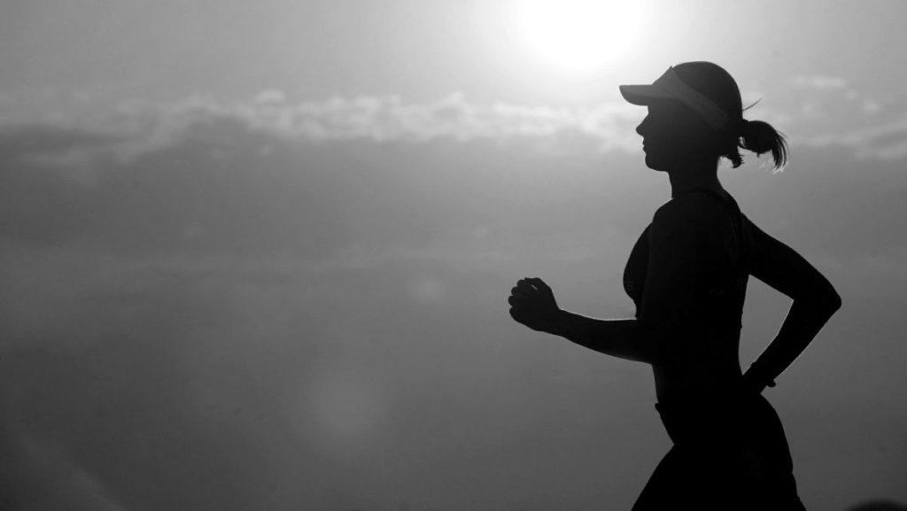 ランニングする女性 健康 運動 ダイエット 夕日