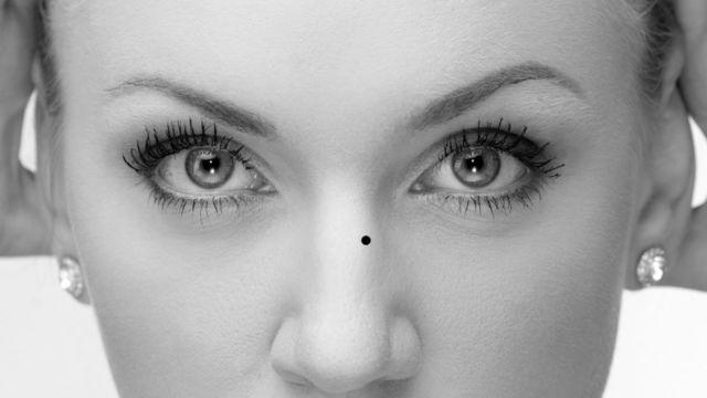 女性の顔 浮気ぼくろ 鼻と目の間