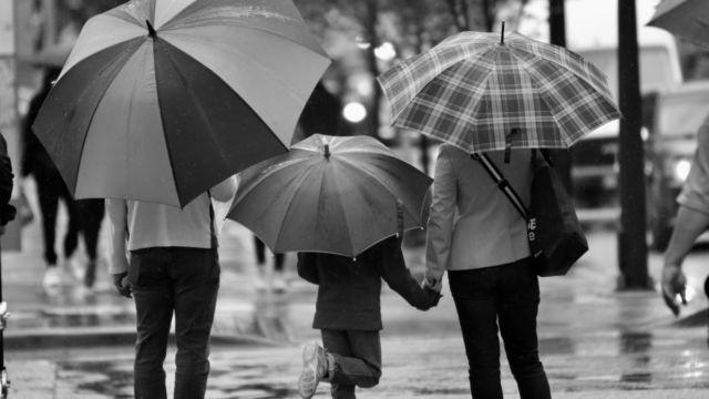 家族 親子 子供 雨 傘
