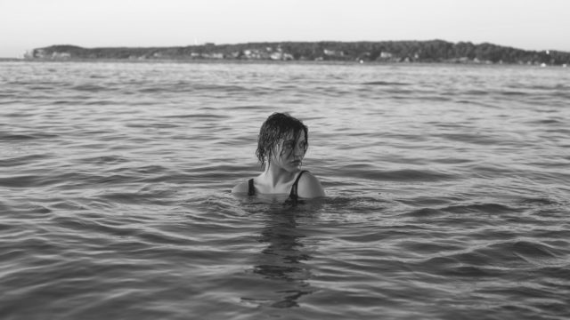 水浸しの女性 池