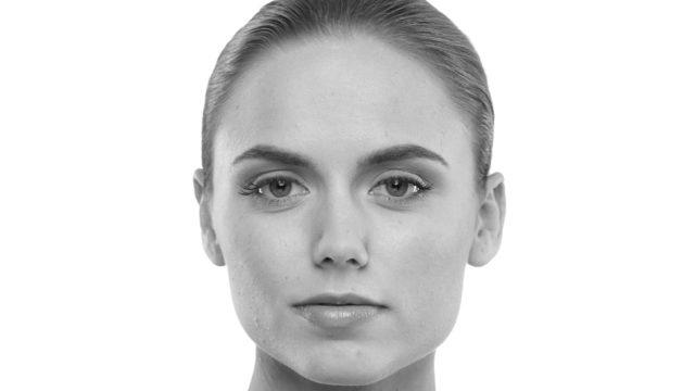 額が広くて頬骨が高い位置にある女性