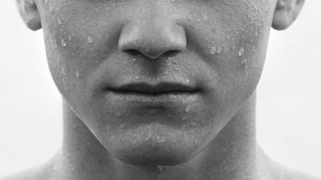唇が薄い男性