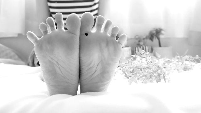 足の裏の親指の付け根にあるほくろ